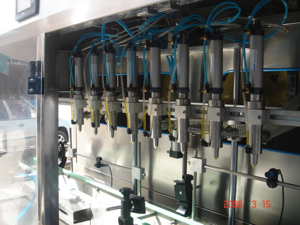 新型小包装八头食用油灌装机细节
